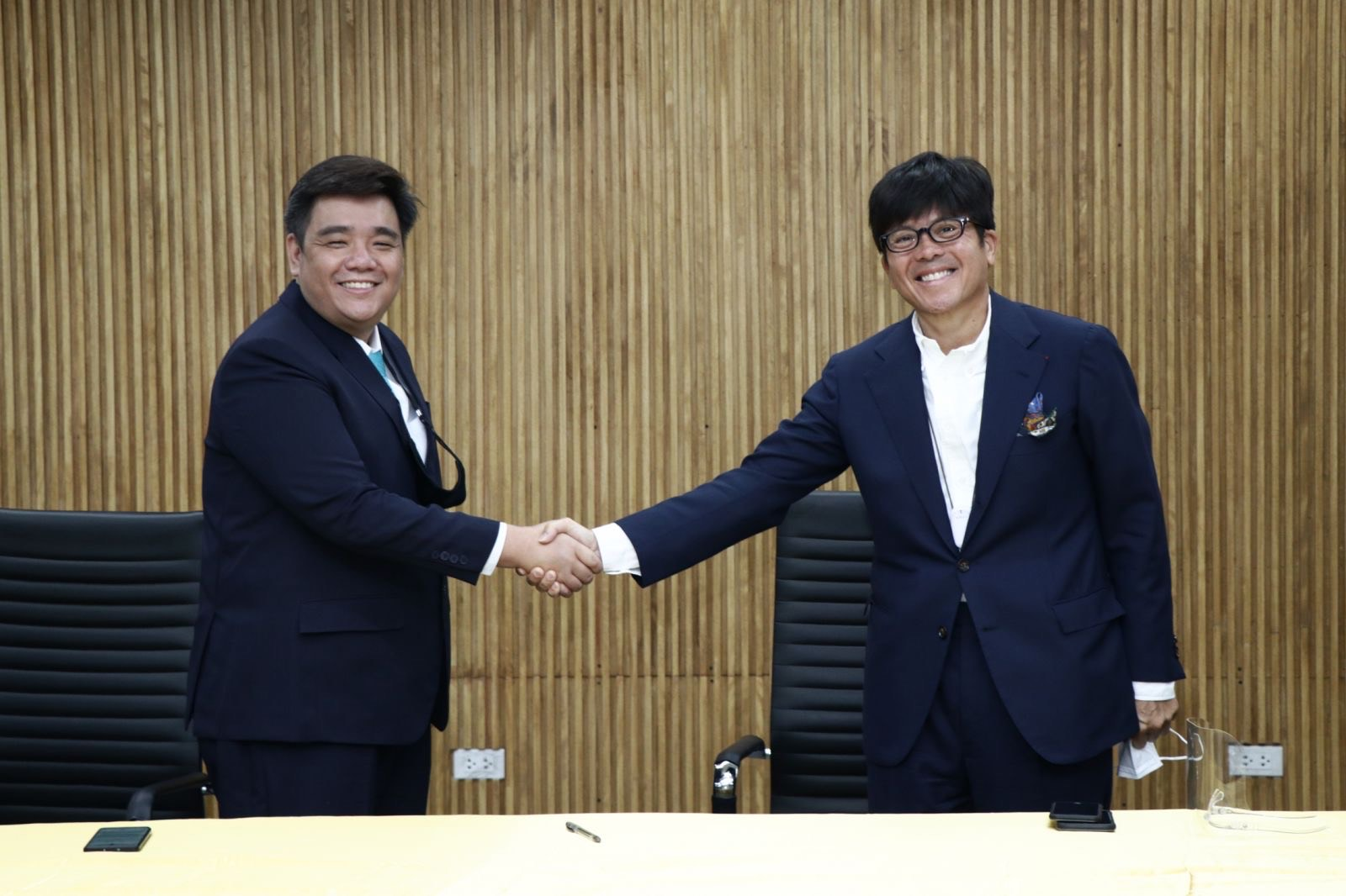 Steve Sy, the CHIEF EXECUTIVE OFFICER of Great Deals, and Bill Chiongban, CEO of Effective Group, sign the seek the companies' strategic partnership